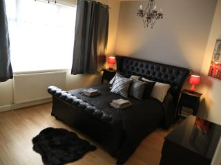 Newly renovated four bed in London, Londres
