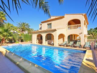 VILLA SANDRA, 200m to beach, aircon, pool, wifi