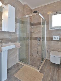 Twin bedroom en suite shower room.