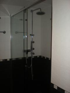 Ducha en el baño con mucho espacio y con varios surtidores de agua y masaje