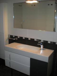 Baño completo de diseño en blanco y negro