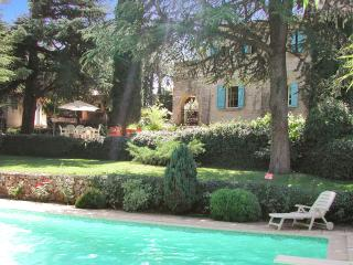 Gorgeous villa in Provence with pool and Wi-Fi, set in a lush garden, up to 8 persons in 4 bedrooms, Saint-Maximin-la-Sainte-Baume