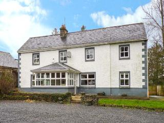 DOON FARMHOUSE, pet-friendly cottage with mountain views, solid fuel stove
