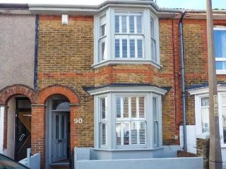 90 REGENT STREET, stylish terraced cottage, enclosed garden, close beach & harbour, Whitstable Ref 920619