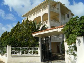Villa vista mare con giardino privato