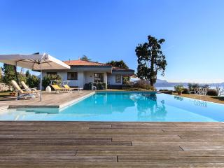 Panoramic villa with pool and views over the lake!