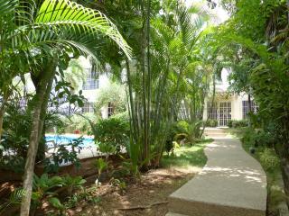 Special $89 p/n thru Nov - 2/2 condo w pool & walk to beach