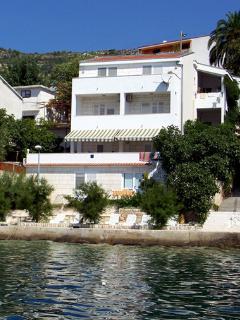 Villa Vedran beachfront apartment C, best position