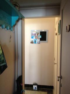 couloir vers toilettes et salle de douche