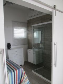 Bedroom with shower, Lavabo & Air conditioner