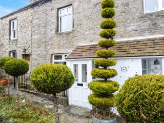 MANNA COTTAGE, terraced cottage in village centre, close pubs and shops, walks, Grassington Ref 921221