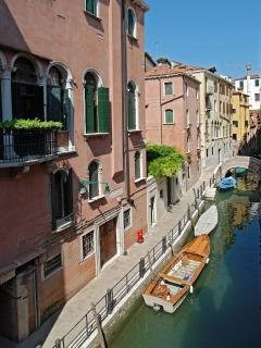 the pictoresque canal view of the Angelo Gabriele apartmen