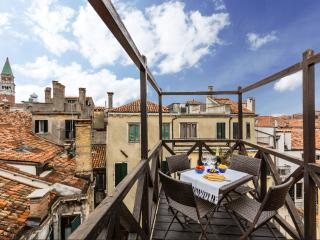 Altana - San Marco roof-top terrace with pitoresque canal view