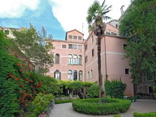 Rezzonico Garden - Piano Nobile Veneziano with Italian style secret garden