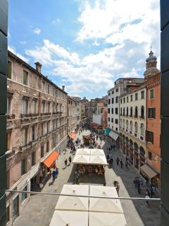 the view on Campo San Bartolomeo from the living room is 100% Venetian