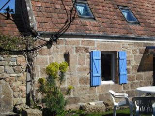 la maison de pêcheur , ses belles pierres de granit rose et son toit de tuiles rouges