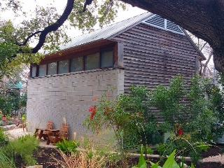 Downtown guest house - eclectic, great location, Austin