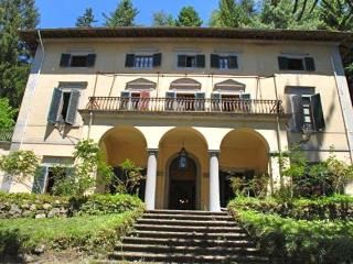 large, exclusive historical villa in Tuscany