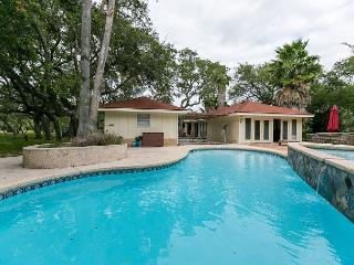 3BR/2BA Roomy Resort-style House with Pool, Sleeps 8, Rockport