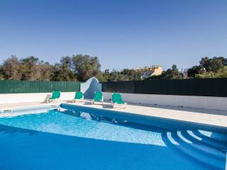 Albufeira, pool ,beach .Sleeps  7  3 bed ,3 bath .Modern townhouse.