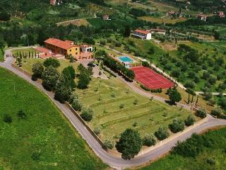 Panoramic Villa with pool, tennis court and lake, Pescia
