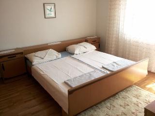 Large four bedroom apartment for 8, Novalja