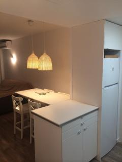 Detalle de encimera de apoyo de la cocina y nevera a la derecha