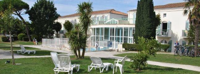 residence avec piscine Int/ext chauffée et un magnifique parc arboréde 4400M2 à 2 pas du centre vill
