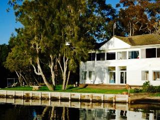 Tranquil Waterfront Holiday House, Carey Bay