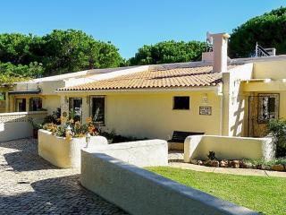 Family-friendly villa with pool, Vilamoura