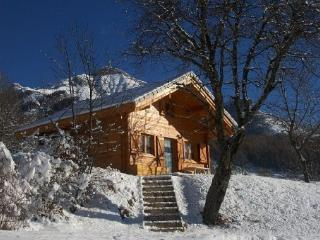 SUPERB SOLID WOOD CHALET CLOSE TO THE SLOPES