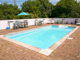 THE BYRE, family-friendly, woodburner, WiFi, pet-friendly, shared swimming pool,