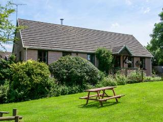 THE WHEEL, detached, single-storey, woodburner, en-suite, swimming pool on-site, near Cardigan, Ref 920388
