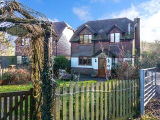 1 SCHOOL HOUSE COTTAGE, detached, open fire, WiFi, enclosed garden, pet-friendly cottage near Horsmonden, Ref. 921137