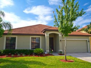 Minutes to Disney, Pristine Kissimmee Lake Front, Private Pool in Villa Sol