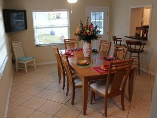 4 BR House with Heated Pool, 2 miles from beach, Tarpon Springs