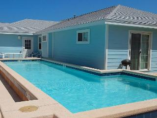 Blue Water Cottage Private home, Sleeps 10-12 w/private pool!, Port Aransas