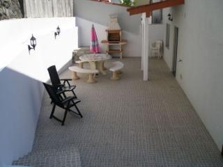 Terrasse avec salon de jardin et barbecue