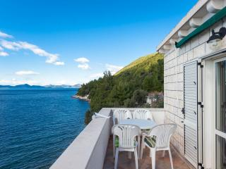Beachfront two bedrooms apartment, Slano