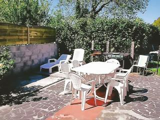 Cosy two-bedroom house in the Gironde with large, fenced garden, terrace and swings, Biganos