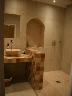 Spacious & Stylish Shower Room with rainshower
