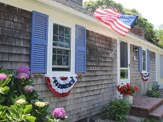 Bright and Sunny Cape Cod Cottage, walk to ocean, Falmouth
