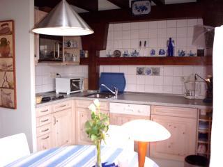 Keukengedeelte met magnetron, vaatwasser, senseo etc.