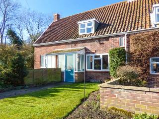 WILLOW COTTAGE, mid-terrace, summerhouse, open fire, WiFi, Ref 920723, Norwich
