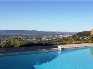 'Pool with a view' Swimming pool with large terrace for sunbathing, and a porch with 2nd lounge area
