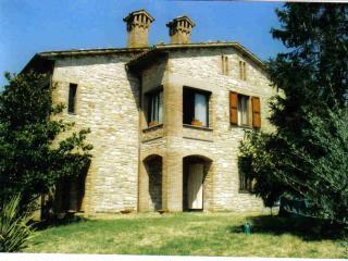Struttura muraria tipica dell'Umbria, con dependance : due posti macchina.