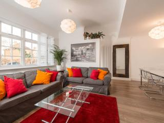 LONDON LUXURY HOLIDAY HOUSE  CHISWICK AIRPORT TUBE, Londres