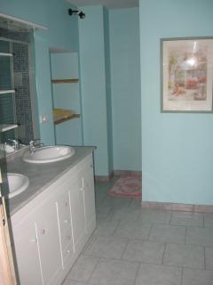 Salle d'eau douche derrière le cadre