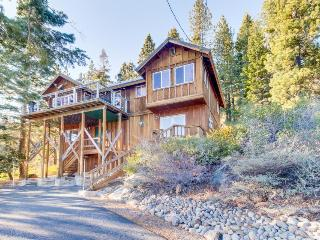 Gorgeous lake views, spacious deck, near Pacific Crest Trail