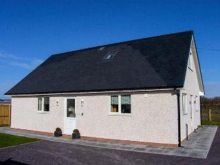 HENDRE, ground floor wet room, woodburning stove, WiFi, enclosed garden, Ref 913798, Ruthin
